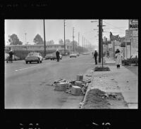 Police officers guard an intersection in Watts, Los Angeles (Calif.)