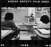 Jaime Escalante teaches a class at Garfield High School in Los Angeles (Calif.)
