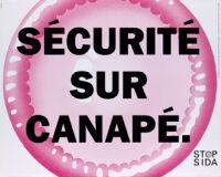 Sécurité sur canapé. [with large pink condom]