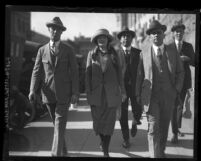 Clara Phillips and policemen walking to court in Los Angeles, Calif., 1922