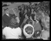 Los Angeles citizens viewing notice of President Franklin D. Roosevelt's death, 1945