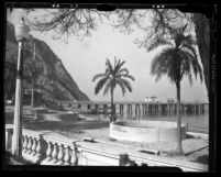 Avalon Bay beach and pier at Catalina Island, Calif., circa 1925