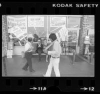 AFL-CIO Local 770 grocery store clerks picketing market in Los Angeles, Calif., 1978