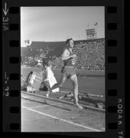 Gerry Lindgren running the 10,000 meters during the 1964 U.S. Olympic Trials in Los Angeles, Calif.