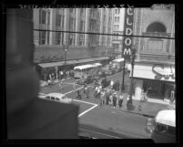 New trackless trolleys making first day run in at corner of Sixth St. and Broadway, Los Angeles, Calif., 1947