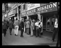 Men lined up outside Union Rescue Mission for Thanksgiving meal, Los Angeles, Calif., 1936