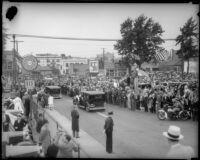 Crowds watch as President Franklin D. Roosevelt's motorcade leaves Central Station, October 1, 1935