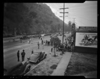 Police regulate the crowds gathered to view landslide aftermath on Riverside Drive, Los Angeles, November 1937