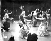 6 female dancers