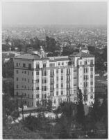 El Mirador Apartments, setting