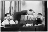 Public defender William Neeley conferring with Ellery Cuff at Albert Dyer's murder trial, Los Angeles, 1937
