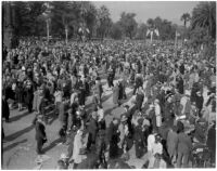 Crowd at the intersection of Orange Grove Blvd. and Colorado Blvd., Pasadena, 1930-1939