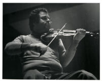 Itzhak Perlman playing the violin, 1985 [descriptive]