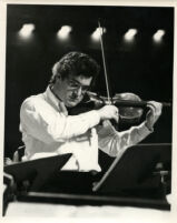 Pinchas Zukerman playing the viola, 1985 [descriptive]