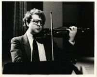 Schlomo Mintz playing the violin, 1985 [descriptive]