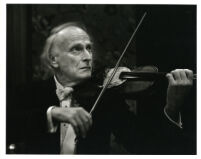 Yehudi Menuhin playing the violin in concert attire, 1986 [descriptive]