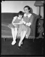 Actress Berta Singerman with a child [her daughter ?], 1934