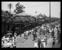 """Crowd gathered near Southern Pacific """"Prosperity Special"""" train, Los Angeles, 1922"""