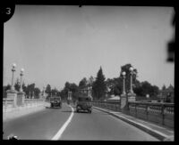 Hayward Thompson driving across Colorado Street Bridge while blindfolded, Pasadena, 1927