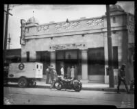 Unidentified people entering Hellman Bank Union Square Branch, Los Angeles, 1920-1939