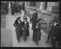 People walking to the Madalynne Obenchain murder trial, Los Angeles, ca. 1921