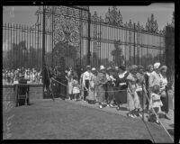 Mourners at the iron gate of Forest Lawn waiting to pay their respects to Will Rogers, Glendale, 1935