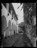 "El Paseo ""Street in Spain"" alley between 23 E. De La Guerra St. and the Casa de la Guerra, Santa Barbara, [1930s?]"