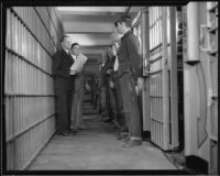 Los Angeles County sheriff Eugene Biscailuz and jailer Clem Peoples with prisoners awaiting release, Los Angeles, 1932
