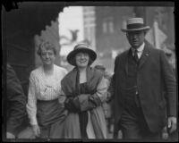 Prison Matron Nettie Yaw and Sheriff Traeger escort murder suspect Clara Phillips to court, Los Angeles, 1922