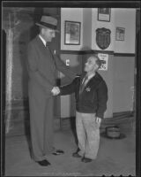 Ray Bergh, investigator for Sheriff Eugene Biscailuz, shakes hands with constable Verne Johnson, Los Angeles, 1935