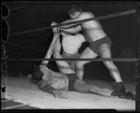 """Wrestling match between Ernie """"Dirty"""" Dusek and Vincent López, Olympic Auditorium, Los Angeles, 1935"""