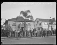 Crowds gathered in front of residences on Manhattan Place where William Edward Hickman disposed of Marion Parker's remains, Los Angeles, 1927