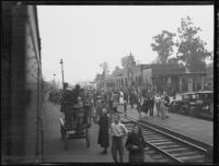 Crowd at the train carrying William Edward Hickman, kidnapper and murderer, Glendale, 1927