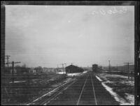 Train tracks during Edward Hickman hunt, Echo (Oregon), 1927