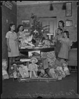 Widow Ina Secrest and her children Juanita, Vontella, Raymond and Lois receive Christmas gifts, Los Angeles, 1935
