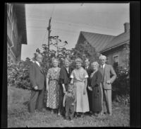 Extended family of H. H. West pose together, Los Angeles, 1936