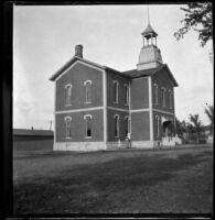 School with children in front, Red Oak, 1900